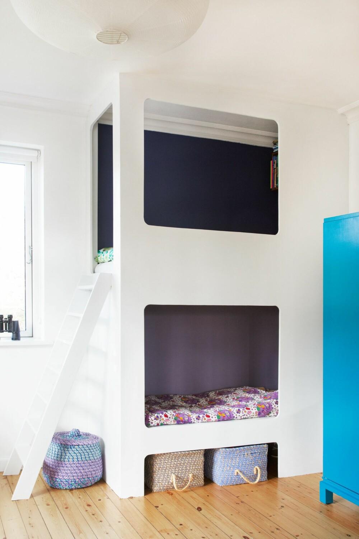 TODELT: Målene på sengen er tilpasset en standard barnemadrass fra Ikea. Stigen er bygget i samme materiale som sengen. Fargen oppe heter Skumring. Veggen nede er malt med Blåmunke, begge fra Dyrup. FOTO: Anitta Behrendt