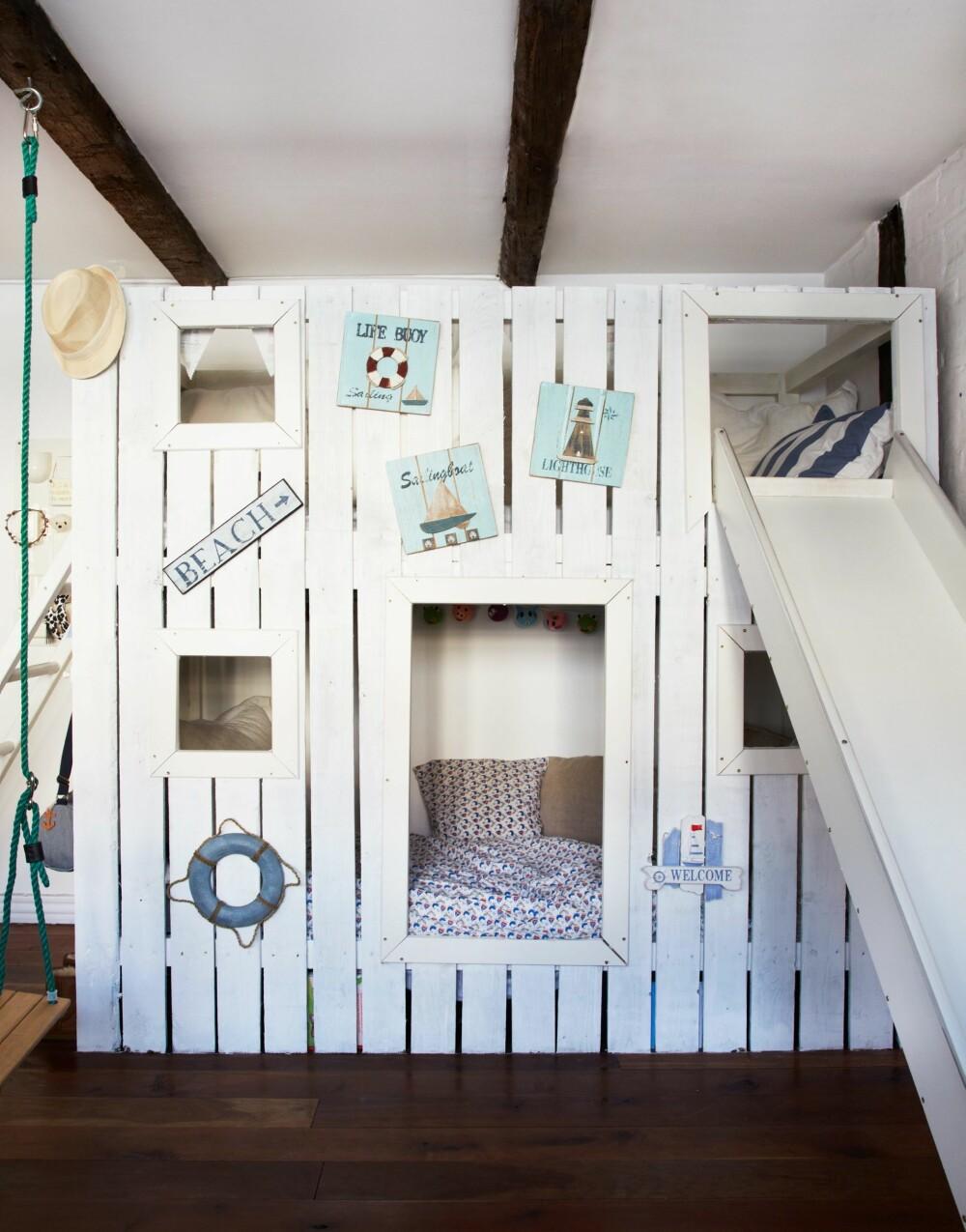 BEACHHOUSE: I den ene enden av sengen er det laget en stige opp til den øverste sengen, mens en rutsjebane i den andre enden gjør det til en lek å stå opp om morgenen. Hele rommet er innredet med maritime innslag. FOTO: Anitta Behrendt