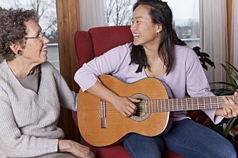 NÆRT FORHOLD: Helt siden Anne-Birgitte (67) ble mammaen til Linn (24), har de hatt et nært og godt forhold. - Mamma er mitt forbilde, sier Linn.
