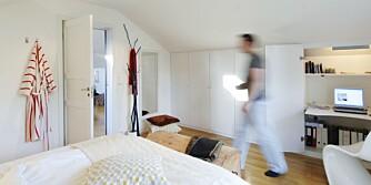 KOMPAKT ROM: Dette soverommet er innredet med en rekke skap og en arbeidsplass som kan lukkes helt igjen.