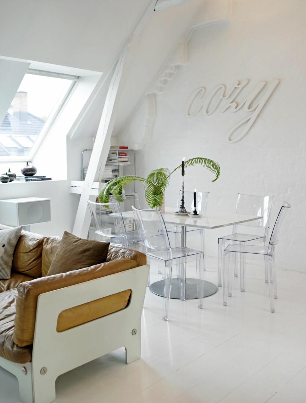 HELHVITT LERRET: De helhvite flatene sørger for at den rocka sofaen og den snodige grønne planten står tydeligere frem.