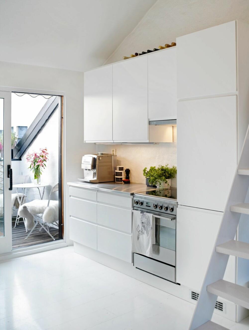 UTGANG TIL TAKTERRASSEN: Kjøkkenet fra Ikea og Kvik er plassert på hver sin vegg for ikke å sperre for utgangen mot terrassen som bidrar til å gjøre leiligheten mye større og lysere.