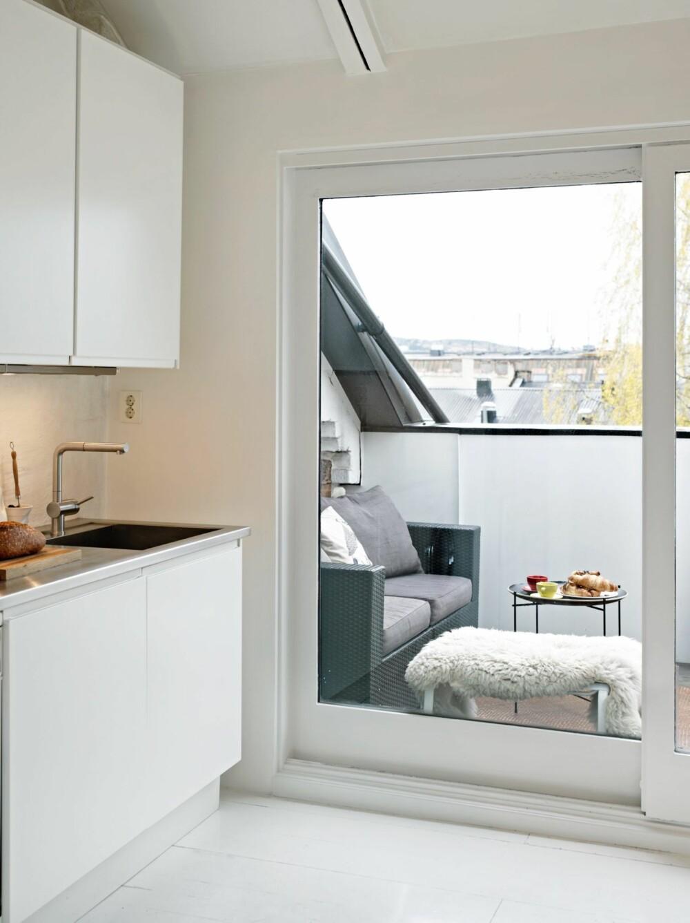 TODELT KJØKKEN: Kjøkkeninnredningen er plassert på hver side av rommet for ikke å sperre for kontakten med takterrassen.