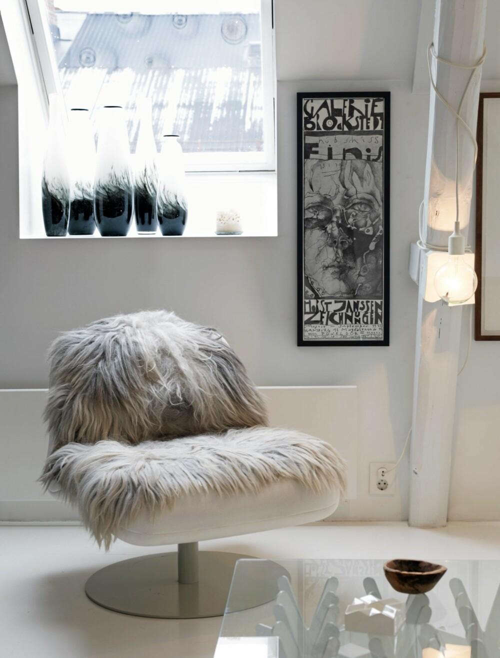 DANSK OG SVENSK DESIGN: Lenestolene fra Fritz Hansen ble kjøpt brukt. Sofabordet med det karakteristiske understellet er fra Swedese.