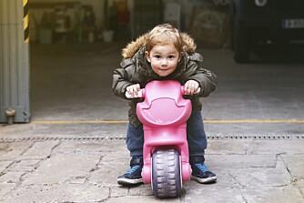 KJØNNSDELTE LEKER: Når oldemor var liten var rosa regnet som den perfekte guttefarge.