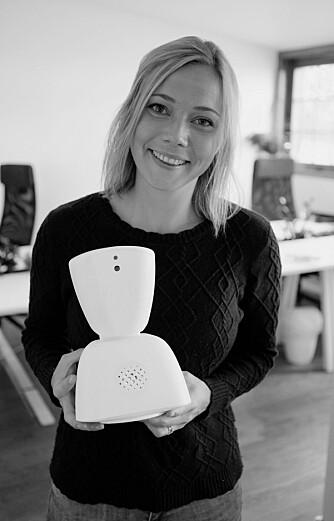 ROBOTVENN: Interaksjonsdesigner og gründer Karen Dolva med roboten AV1.