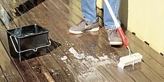 TERRASSEVASK: Terrassen bør vaskes en gang i året. En egen motorisert terrassevasker kan være et effektivt redskap sammen med en egnet høytrykksspyler, men bruk av muskelkraft er sunt og nesten lydløst. Har du en godt egnet vaskekost, en dash med husvask i en bøtte og et forlengerskaft, er du godt hjulpet.