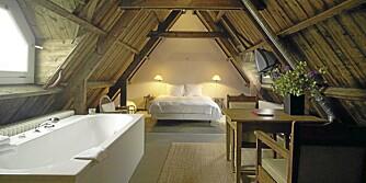 VELKOMMEN TIL TOPPS: Dette femstjernes rommet på loftet kombinerer det grovt rustikke med det lyse, hvite og glatte. Design av Allard van der Hoek.