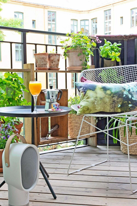 FRODIG HJØRNE: Stolen Arkys i galvansiert stål er fra Kollekted by. Den batikkmønstrete puten er fra House Doctor, og bordet med hank fra Hay. Alt fås hos Zanz. Den bærbare, trådløse høyttaleren er fra Habitat. Foto: Jorunn Tharaldsen