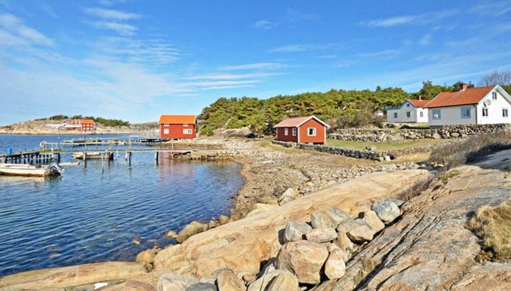 RØDE TALL: Snittprisene for fritidshus i Sverige har gått ned med 2 prosent det siste året. Bildet viser en hytte i Resö i Tanum kommune Prisantydning 10 500 000 svenske kroner.