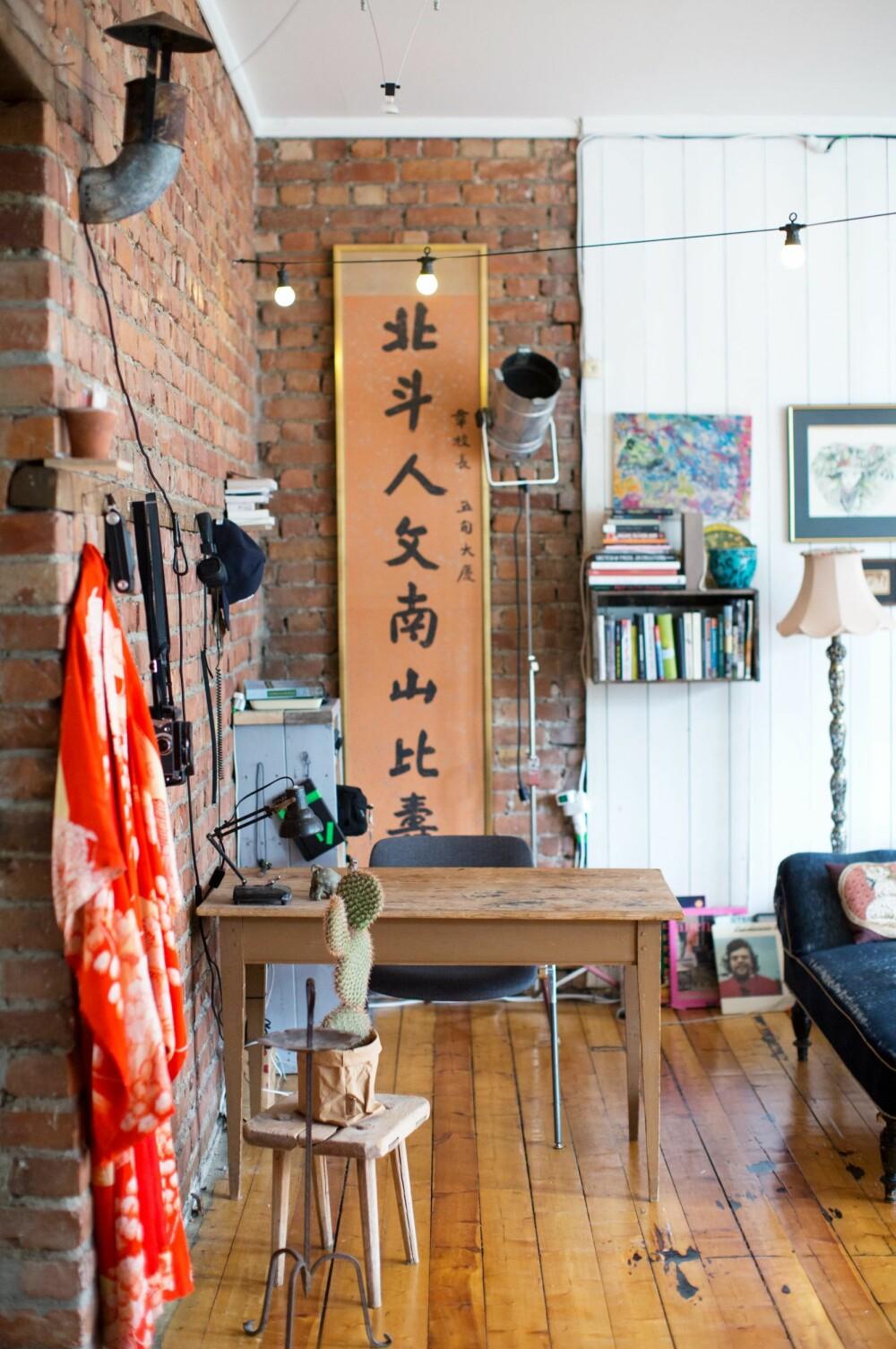 HISTORIE: De kinesiske tavlene  har Andrea arvet av farmoren. Hun var født og oppvokst i Kina, der hennes far var misjonær. Disse bildene var det eneste de greide å få med seg da Mao kastet dem ut av landet. FOTO: Margrethe Myhrer