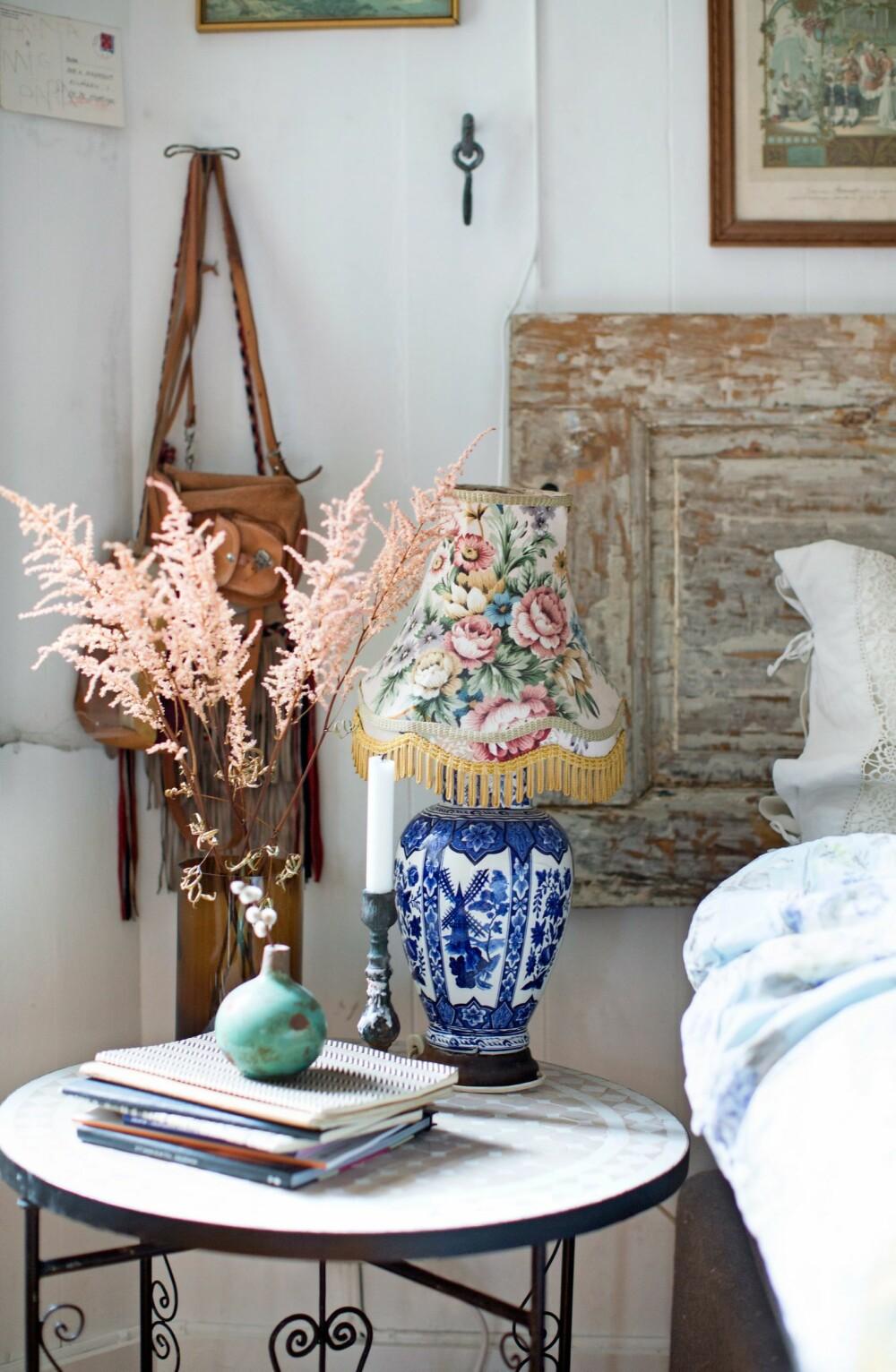 DETALJER: Det runde bordet på venstre side av sengen er fra Lille Medina på Sagene. Lampen er fra Frøken Dianas Salonger i Markveien. FOTO: Margrethe Myhrer