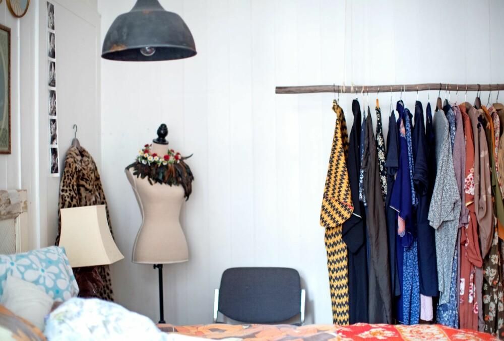 STILLER UT KLÆR: Soverommet har et hjemmelaget klesstativ som prydes av en samling med kimonoer. FOTO: Margrethe Myhrer