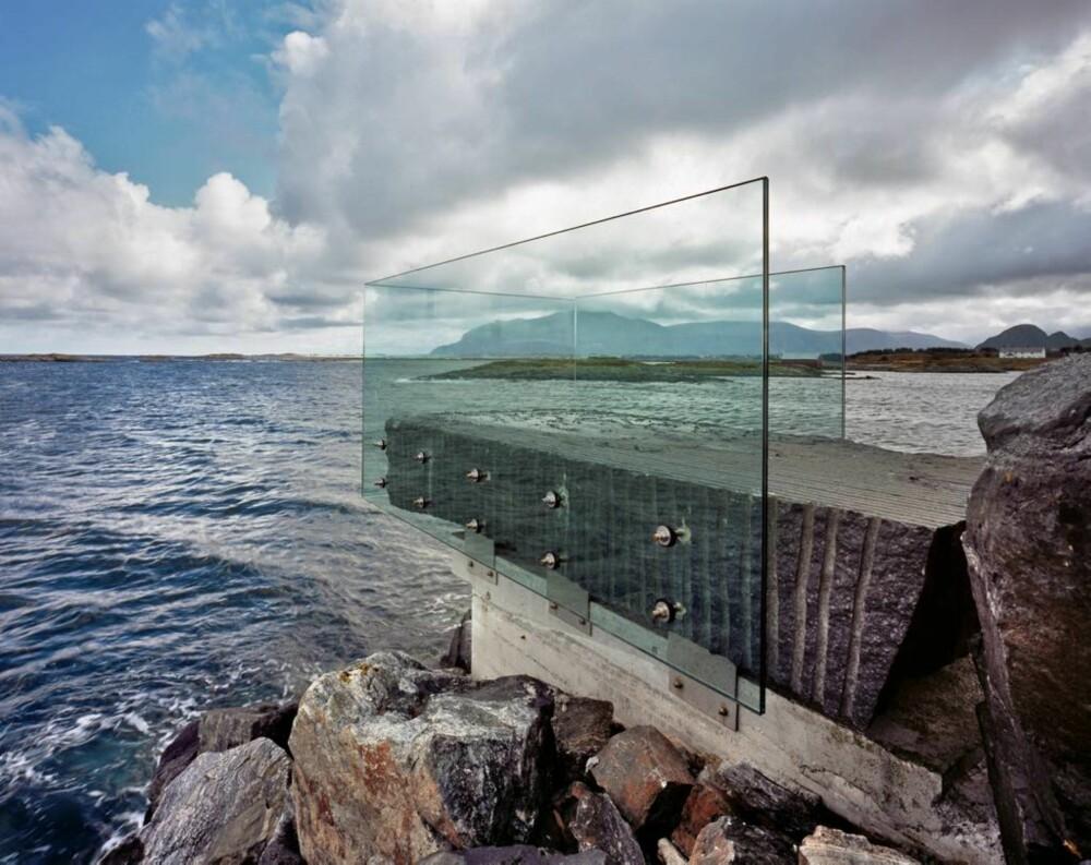 En av de arkitektoniske attraksjonene, Askvågen utsiktspunkt, signert 3 RW Arkitekter. Den stilige glassboksen ligger ytterst på en molo ved en aktiv havn og beskytter mot vær og bølgesprut. Denne plassen er også planlagt utstillingspunkt for et kunstverk av internasjonal klasse.