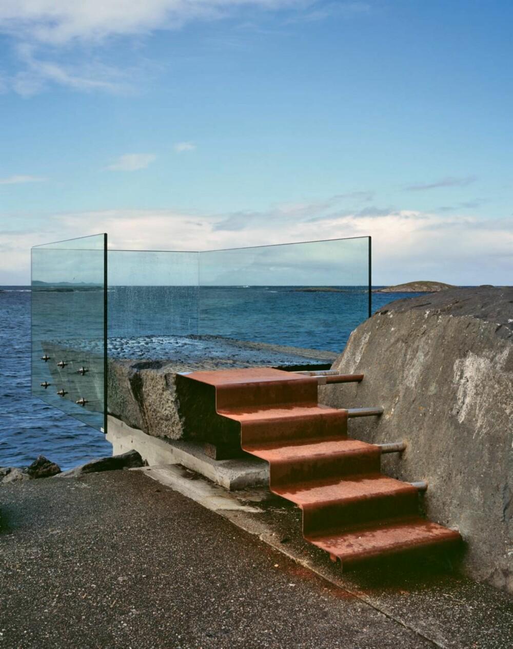 Askvågen utsiktspunkt, signert 3 RW Arkitekter. Den stilige glassboksen ligger ytterst på en molo ved en aktiv havn og beskytter mot vær og bølgesprut. Denne plassen er også planlagt utstillingspunkt for et kunstverk av internasjonal klasse.