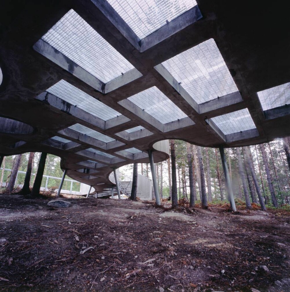 Betonggulvet har store åpninger som slipper regn og sol ned til terrenget.
