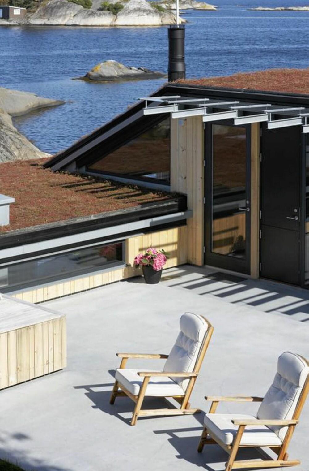 LUNE UTEROM: Uterommet på toppen av hytta er et skjermet oppholdsted med utsikt over fjorden.