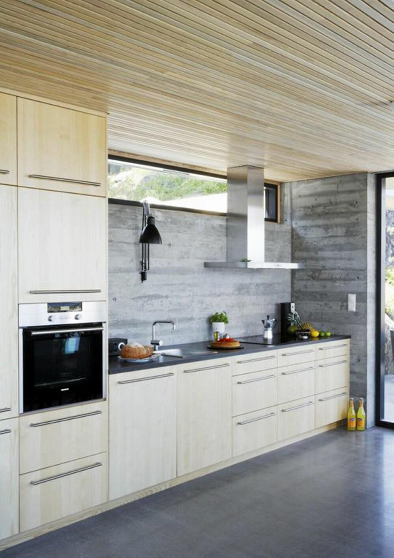 STRAM STIL: Det er de rene linjene som også preger kjøkkenet. Gulvet er av glattslipt betong.