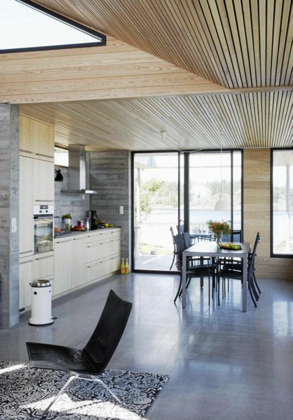 FULL FORBINDELSE: Stuen og kjøkkenet er arrangert som to frie soner med god kontakt mellom seg.