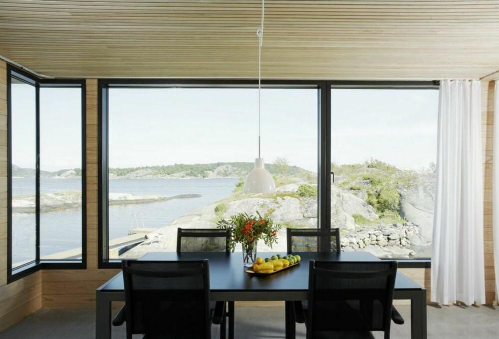 STUE MED UTSIKT: Se hvordan stuen åpner seg totalt mot sjøen.