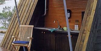 LAG MATEN  I DET FRI: Filter Arkitekter tegnet et utekjøkken som ligger gjemt bak en stor, nedfellbar lem i veggen i sommerhytta. Her er det både varmt og kadt vann og dette er det perfekte sted å sløye og rengjøre fisk og andre råvarer. Det lille vinduet i veggen vender rett mot innekjøkkenet på den andre siden av veggen.