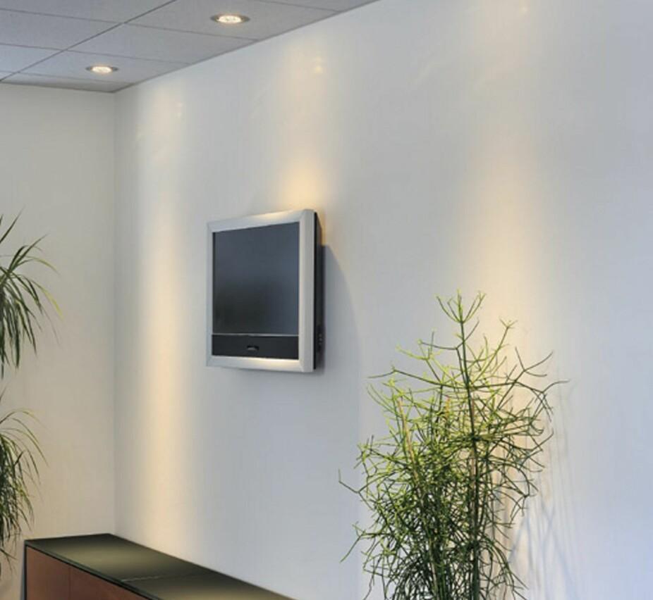 VANLIG TABBE: Å plassere en downlight rett over TVen kan gi et uheldig gjenskinn. Det beste hadde vært og kun hatt en på hver side av TV en.
