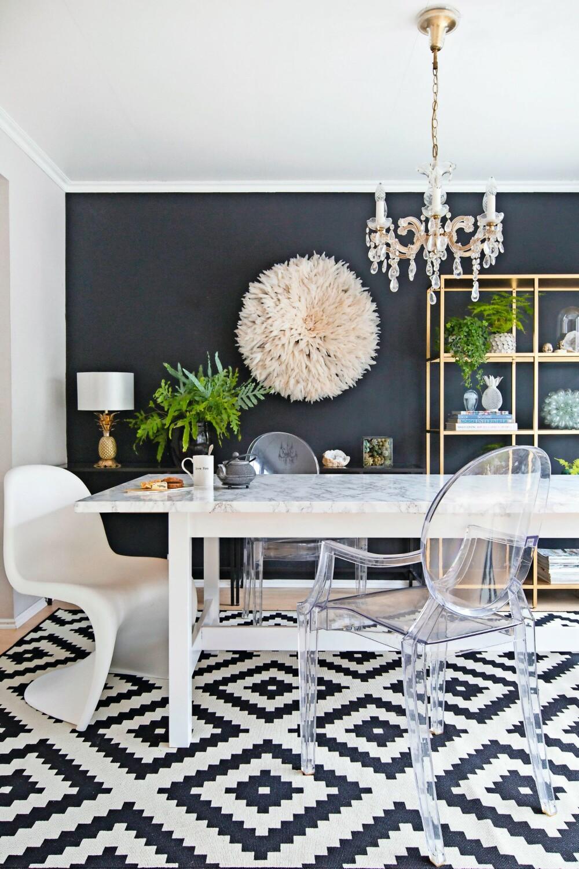 MARMOR: Dette bordet er kledd med marmorfolie. Fjærhatten på veggen er kjøpt på zanz.no. Ananas-lampen er fra Zara Home. Lysekronen er arvet. Stolene kommer fra Vitra og Kartell, mens gulvteppet er fra Ikea.