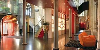 SAMSPILL: Bygningen er et gotisk kloster ombygd til et hotell beliggende i Maastricht i Nederland. Her ser du et spektakulært samspill mellom klassisk arkitektur og moderne design.