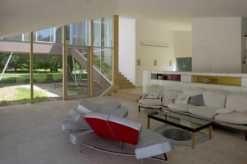 ET LEKKERT INTERØR: Med møbler fra blant annet Edra og USM Haller blir den lyse stuen i Spiral House til et delikat rom.