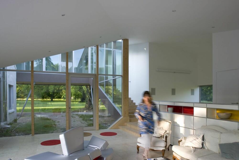 FULL ÅPNING: Inngangen til tilbygget går via et åpent rom, en patio midt i huset.