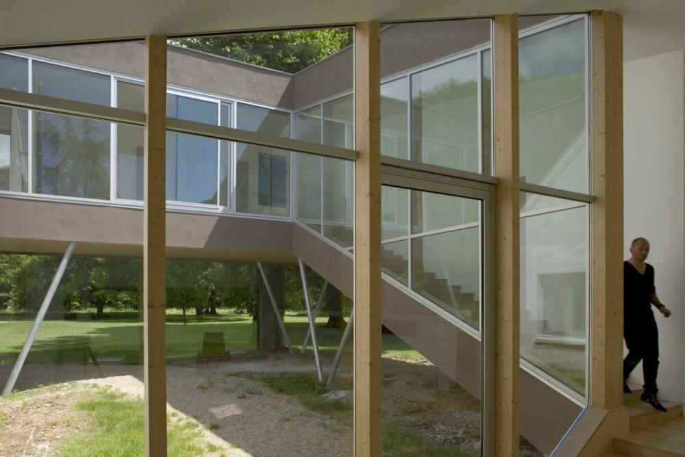 TRANSPARENTE ROM: De høye glassveggene har en viktig funksjon midt i tilbygget.