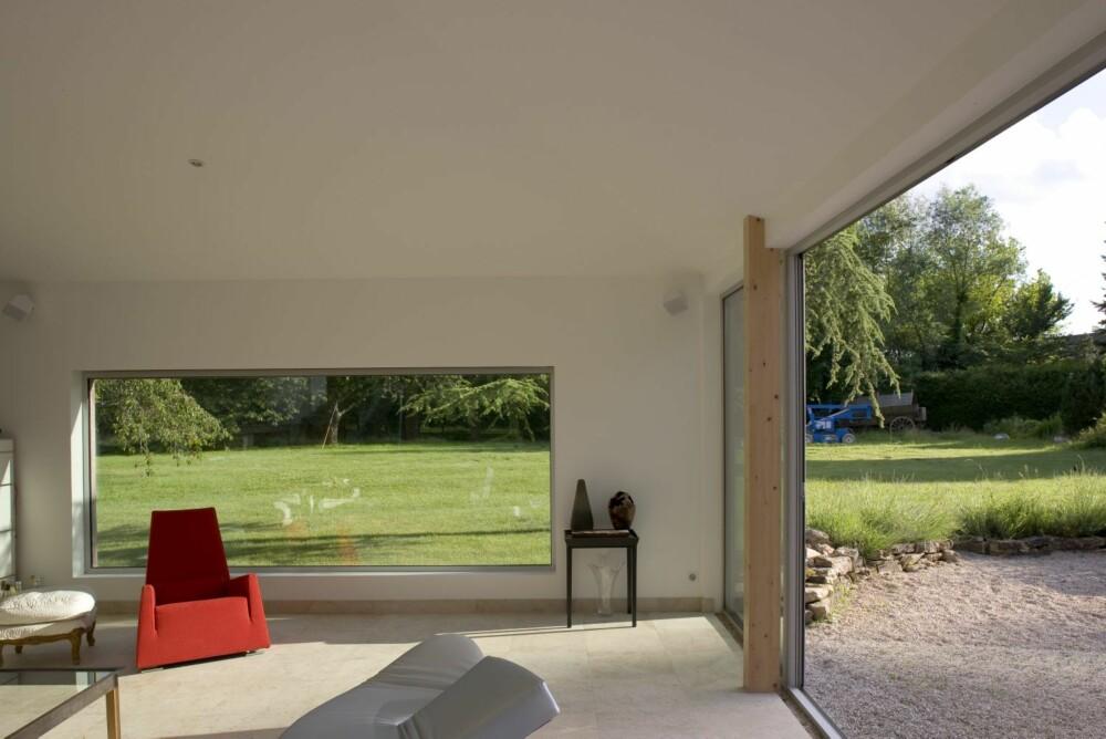 ET DRØMMESTED: Åpningene mot hagen er så store at skillet mellom ute og inne nesten viskes ut.
