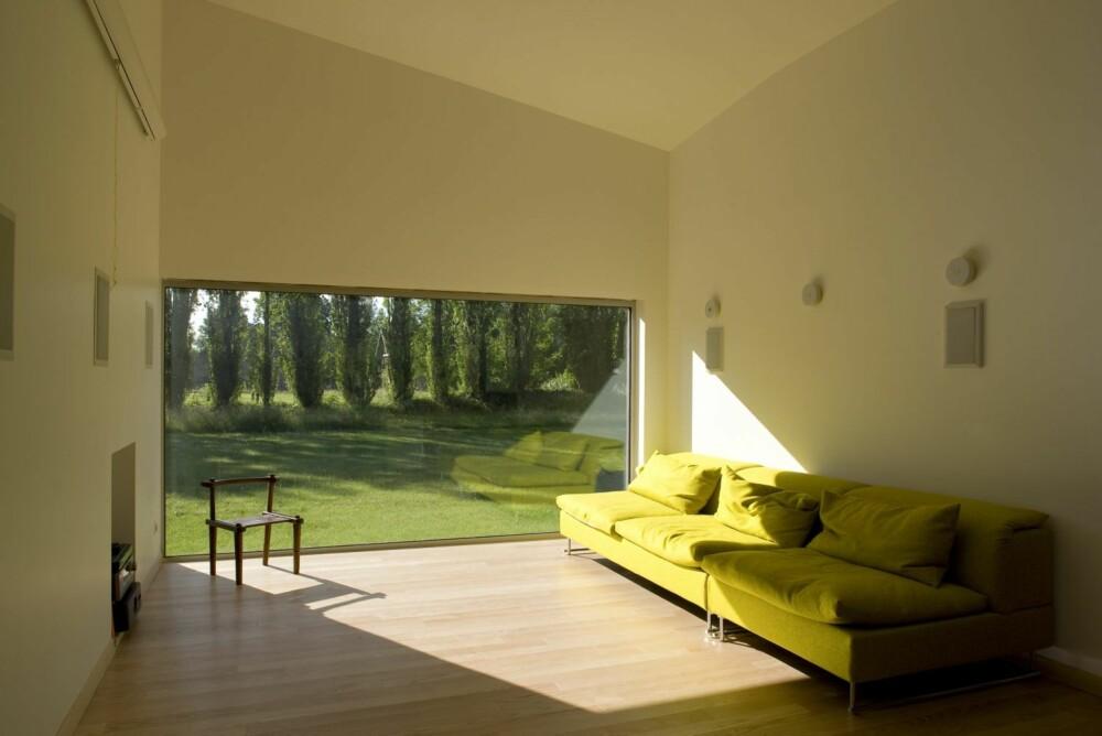TID FOR ELEGANSE: En ren og sober møblering passer i slikt rom.