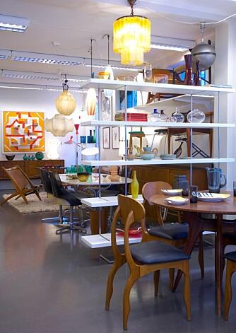 I tillegg til moderne antikviteter fører Carlesi også enkelte nye produkter. Hyllen midt i lokalet produseres av italienske Floriani Design.