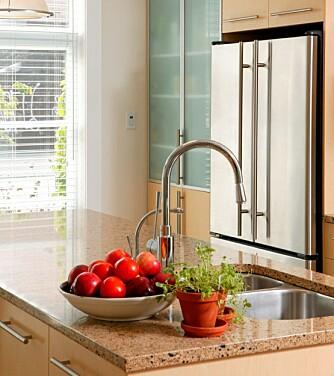 INNBYDENDE: Rydd alt nips og rot vekk, sett frem frukt i stua og friske urter på kjøkkenbenken.