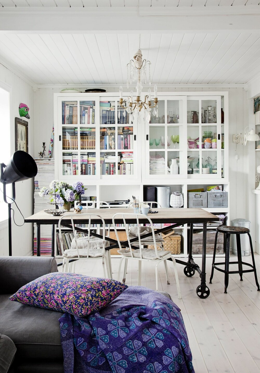 HERLIG STILMIKS: Med et stort spisebord dannes det klare soner i allrommet. To store framskap som rommer mye er fra butikken Ilva i Danmark. Sofaen er fra Ikea.