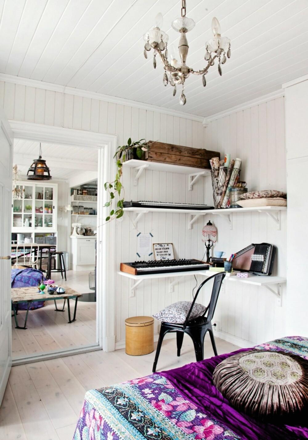 HOBBYHJØRNE: På soverommet er det laget et lite musikkhjørne ved hjelp av hyller på veggen med plass til instrumenter. Tolix-stolen er fra et bruktmarked.