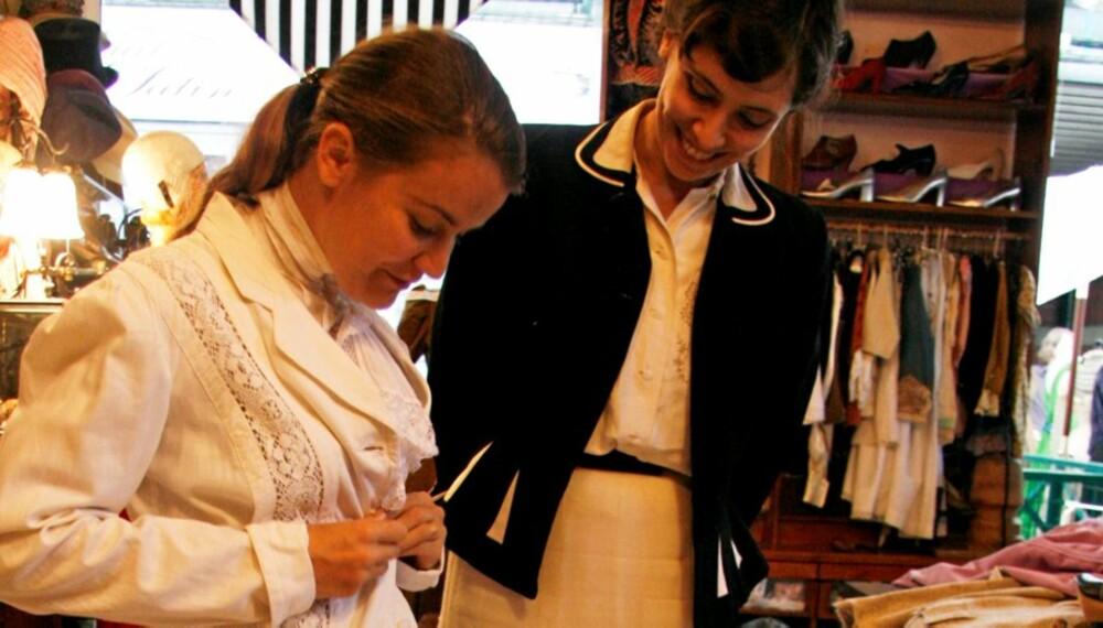 VINTAGE: Hjelpsomme Françoise de Fligue er spesialist på flotte vintageplagg. Her hjelper hun en kunde med å prøve en over 100 år  gammel hvit drakt.