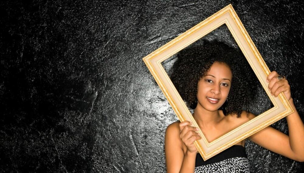 VEGGPRYD: Stadig flere henger sine egne fotografier på veggen.