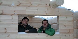 NYTT: Daglig leder Ole Eliassen i grønn jakke og Geir Brean i en Røroshytte som settes opp med nytt system.