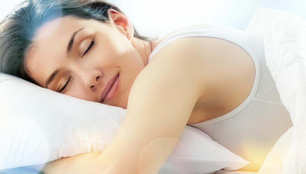 """BYTT PUTE: Selv om du er vant til å sove på magen, er ikke det en optimal sovestilling. Ved å bytte til en pute som ikke """"""""oppfordrer"""""""" til å ligge på magen, kan du endre på det."""