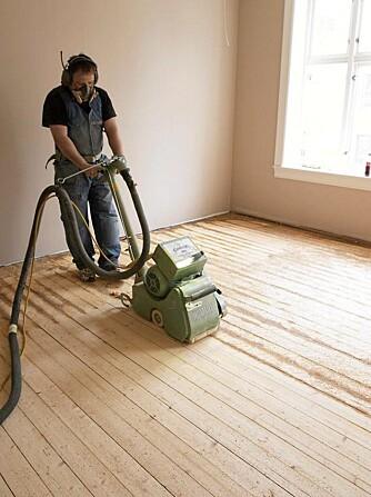 SLIPING: Du trenger to slipemaskiner: den store til selve gulvet, en mindre kantsliper til hjørnene og langs veggen.
