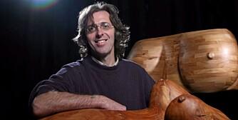 DESIGNEREN: Mario Philippona, spesialist på erotiske tremøbler.
