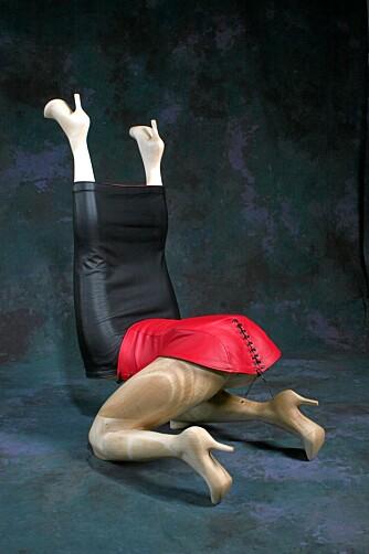 4 LEGS: Noe å sette seg i? Korsettet i lær kan selvfølgelig snøres inn bak, og varieres med rødt og sort skinn.