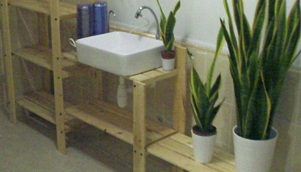 NY VASK: Thye Foo fra Malaysia har plassert vasken i bokhyllen Ivar.