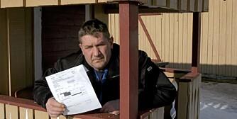 SJOKKERENDE EIENDOMSSKATT: Jan Ruste med brevet fra kommunen hvor blant annet dette dukkehuset er taksert til 25 000 kroner.