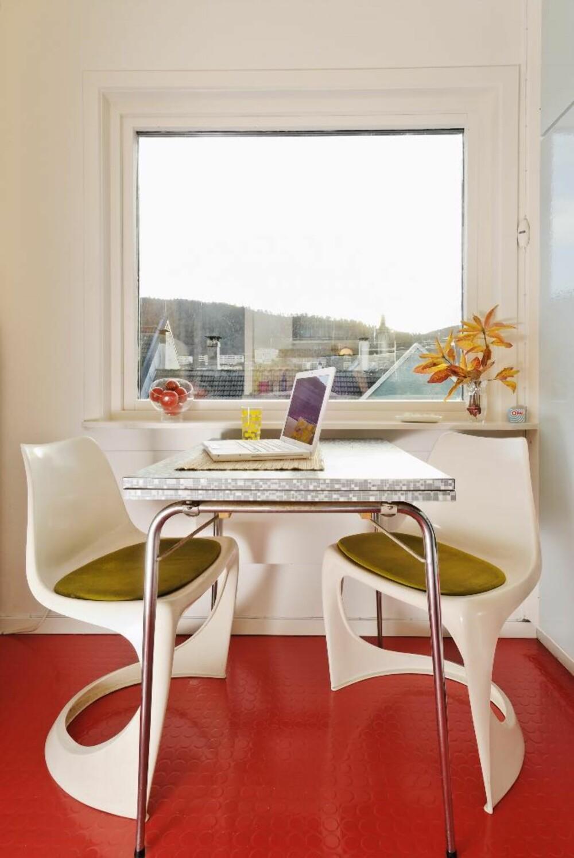 Stolene ble designet av danske Steen Østergaard i 1968. Respateksbord er slitesterke og lettstelte og tok landet med storm på 60-tallet. Siden er materialet ofte blitt utskjelt som kjedelig og sterilt, men bruksegenskapene er fremdeles suverene. (Hentet fra Bonytt-reportasje)