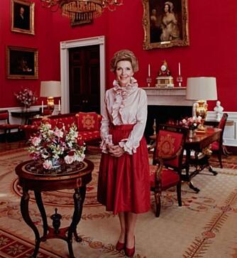 DET RØDE ROMMET: Nancy Reagan avbildet i Red Room i Det Hvite Hus. Dette rommet ser den dag i dag nokså likt ut.