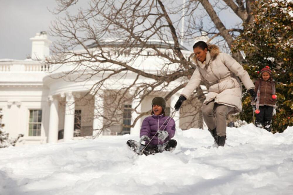 AKEBAKKE: Malia og Sasha nyter den store hagen som følger med sitt nye hjem.