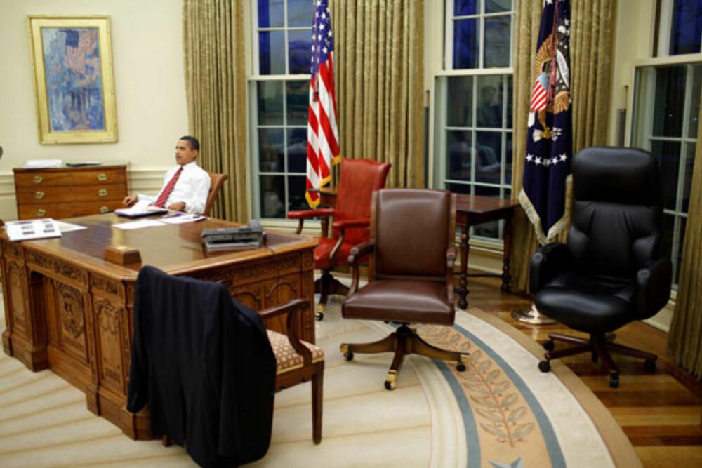 STOLEN MÅ PASSE: Obama prøver ut kontorstoler rett etter å ha flyttet inn i Det Hvite Hus.